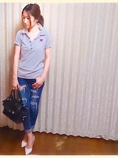 6グレーのポロシャツ×デニムパンツ×白ヒール