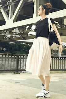 10レディーストートバッグ×黒Tシャツ×チュールスカート