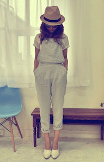 8サロペット×白Tシャツ×白スリッポン