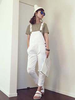 7白のサロペット×グリーンTシャツ×白ニット帽子