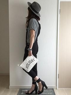 2黒のサロペット×グレーTシャツ×ヒールパンプス