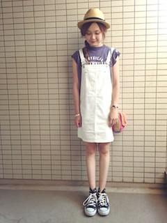7スカートのサロペット×ノースリーブTシャツ×麦わら帽子