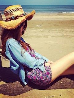 8花柄のオールインワン×デニムシャツ×エスニック麦藁帽子