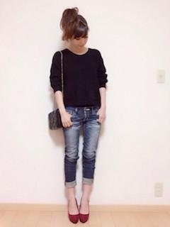 5黒のニットセーター×ジーンズ×赤ハイヒール