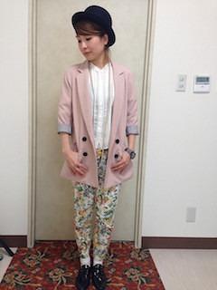 10ピンクのテーラードジャケット×白ブラウス×花柄パンツ
