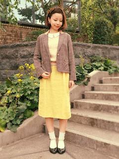 1グレーのテーラードジャケット×ニット×黄色タイトスカート