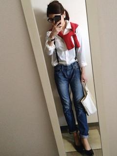 7赤のカーディガン×白シャツ×ストレートジーンズ