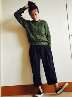 緑のニット・セーター×ネイビーのパンツ×黒のスリッポン