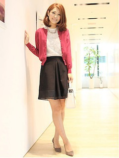 7ピンクのカーディガン×白トップス×黒フレアスカート