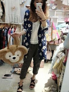 11ロングシャツ×白シフォントップス×カラーパンツ