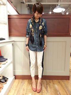6デニムシャツ×スカーフ×白パンツ