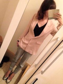 9ピンクのテーラードジャケット×Vネック黒Tシャツ×グレーパンツ