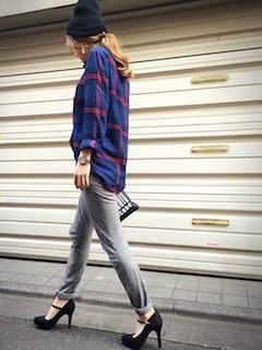 6ネイビーシャツ×スゥエットパンツ×ハイヒール