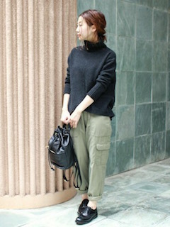 3黒のニットセーター×カーゴパンツ×革靴
