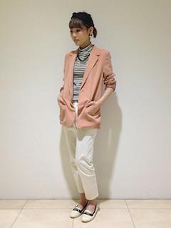 7ピンクのテーラードジャケット×ボーダートップス×白パンツ