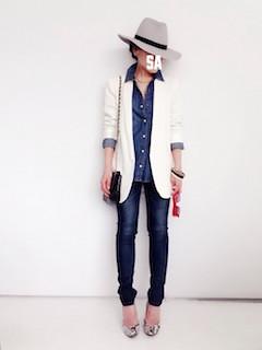 2白のテーラードジャケット×デニムシャツ×ジーンズ