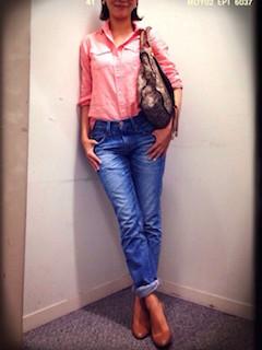7ピンクのシャツ×ジーンズ×ブランドトートバッグ