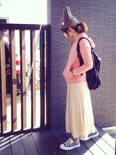 8ピンクのパーカー×白ロングスカート×ニット帽子