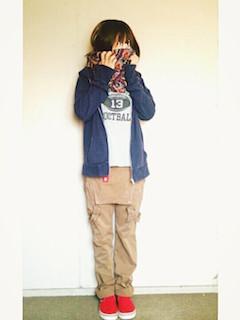 10青のパーカー×オーバンオール×赤スリッポン