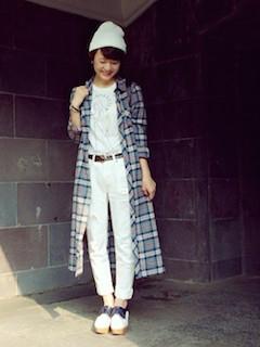 7白のブーティ×チェックロングシャツ×白ジーンズ