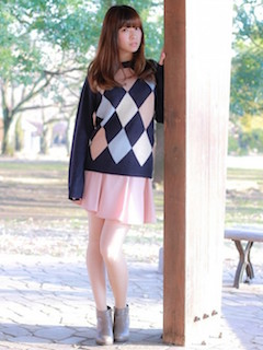 アーガイル柄ニット・セーター×ピンクのスカート×グレーのショートブーツ