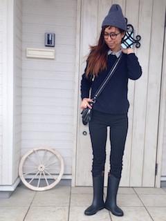 ニット・セーター×ストライプシャツ×デニム×黒のレインブーツ