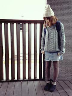 10黒のムートンブーツ×ケーブルニットセーター×デニムスカート