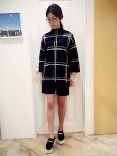 チェックニット・セーター×黒のハーフパンツ×黒のスリッポン