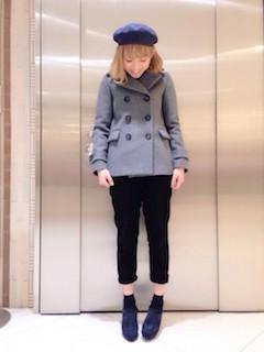 11グレーのPコート×黒パンツ×ベレー帽子