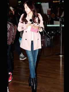 9ピンクのトレンチコート×ジーンズ×ショートブーツ