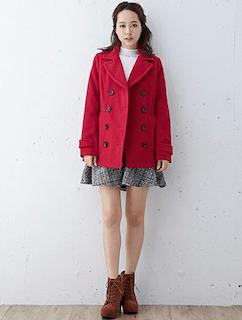 赤のPコート×白のニット×ツイードのスカート