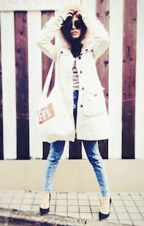 10白のモッズコート×ジーンズ×ハイヒール