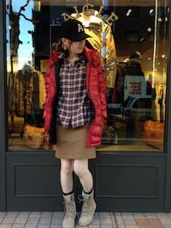 7赤のダウン×チェック柄シャツ×タイトスカート