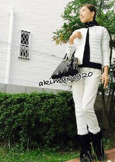 1ユニクロのダウンジャケット×黒タートルニット×白デニムパンツ