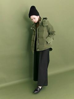 5緑のダウン×ガウチョパンツ×ニット帽子