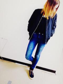1ネイビーのMA1×セーター×ジーンズ