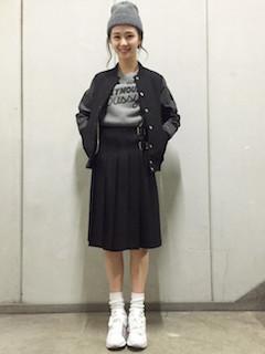 2黒のスタジャン×グレーのTシャツ×フレアスカート