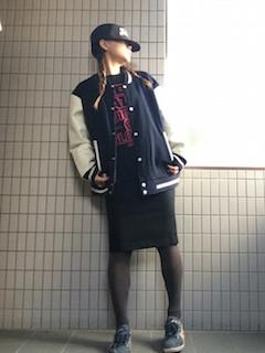 4黒のスタジャン×タイトスカート×キャップ