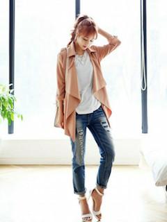 5ピンクのスプリングコート×白Tシャツ×ジーンズ