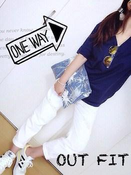 2 VネックTシャツ×白デニムパンツ×クラッチバッグ