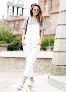 夏サンダル×ひょう柄Tシャツ×白のオーバーオール