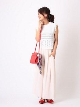 8白のサマーニット×マキシ丈スカート×赤スリッポン