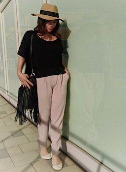 4ピンクのジョガーパンツ×黒Tシャツ