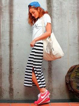 11スリットスカート×プリントTシャツ×スニーカー