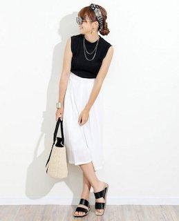 2白のスカーチョ×黒のノースリーブ×フラットサンダル