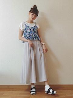 4ユニクロのスカーチョ×白Tシャツ×花柄キャミソール