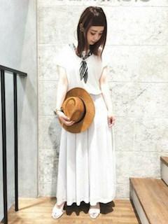 3白のスカンツ×白Tシャツ×スカーフ