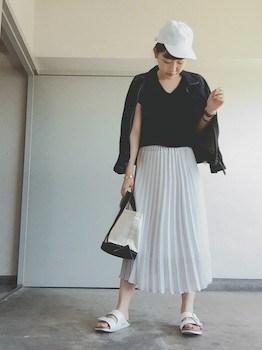 8白のプリーツスカート×Vネック×キャップ
