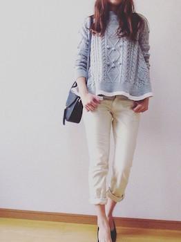 2白のコーデュロイパンツ×ケーブル編みセーター×ヒール