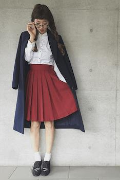 9赤のプリーツスカート×白ブラウス×ロングコート